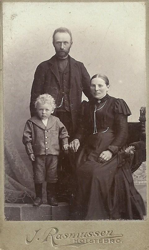 Sognefoged og ejer af Voldstedgård, Jens Jensen Voldsted (1860-1923) fotograferet med sin hustru Jensine Kirstine Voldsted (f. Christensen, 1866-1931) og sønnen Jens Kristian Jensen Voldsted (f. 1896). Omkring 1900.