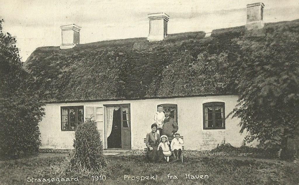 Plantør i Straasø i årene 1906-1934, Jørgen Vilhelm Hansen Tang (1869-1936) fotograferet med sin første hustru Maren Hald Christensen Tang (f. Nørgaard, 1874-1912) og deres tre ældste børn, Ejvind, Hermod og Gunhild. Postkort fra 1910.