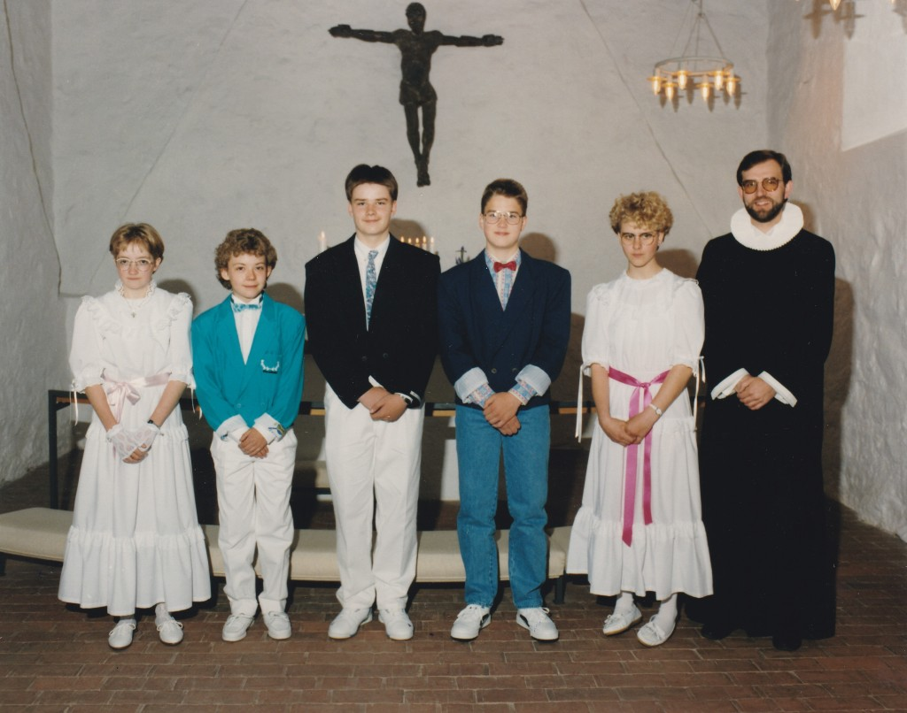 Konfirmation i Vind kirke, 1991: Fra venstre: Dorit Jakobsen, Ryan Hansen, Allan Nordentoft Andersen, Jan Damgaard og Lene Hansen samt sognepræst Morten Mouritzen.