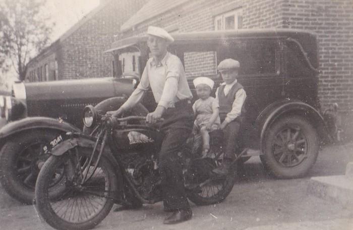 Jens 'Thybo' fremviser stolt sin motorcykel -i baggrunden Bertel Bertelsens Pontiac. Slutningen af 1930'erne.