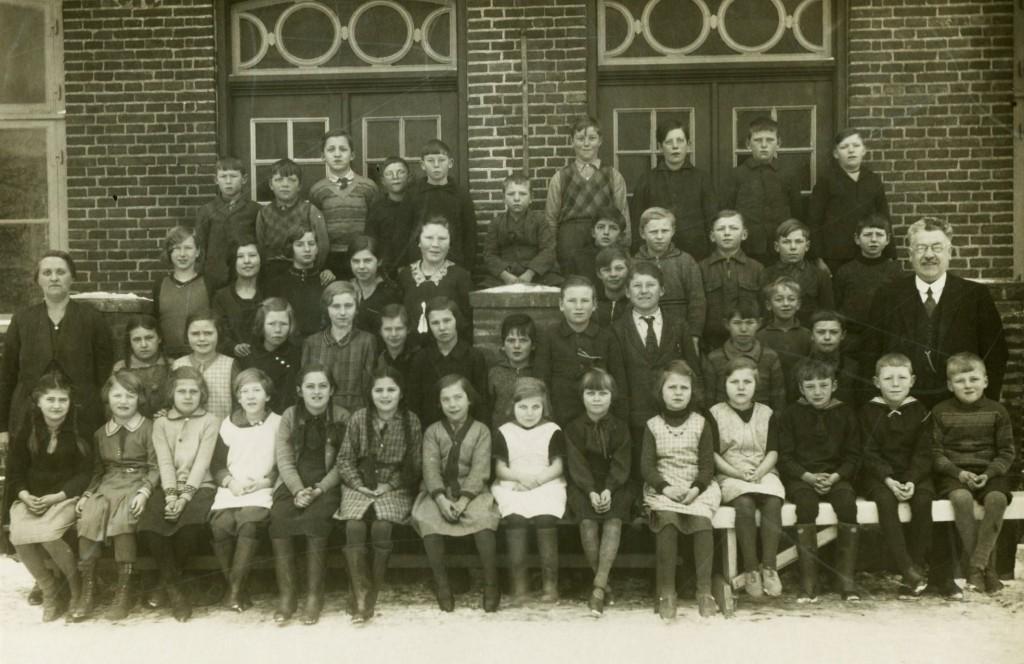 Gruppebillede fra Ladby Gl. Skole i 1935 –førstelærer Svalmstrup ses yderst til højre. Fotografi stillet til rådighed af NæstvedArkiverne (naestvedarkiverne.dk)