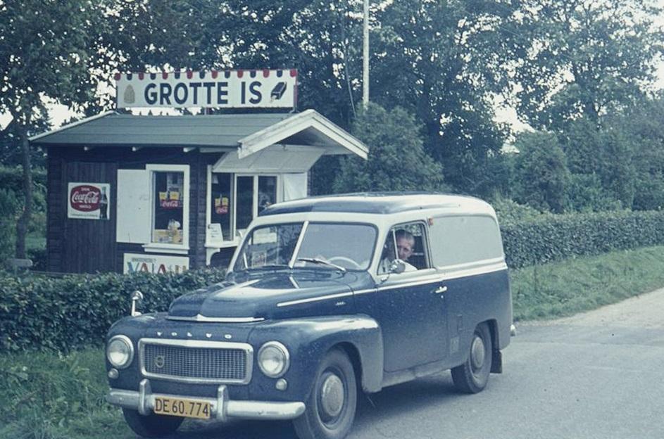 Bagermester Pirupshvarre fotograferet i sin varevogn ved iskiosken i Vind Kirkeby. Angiveligt 1962.