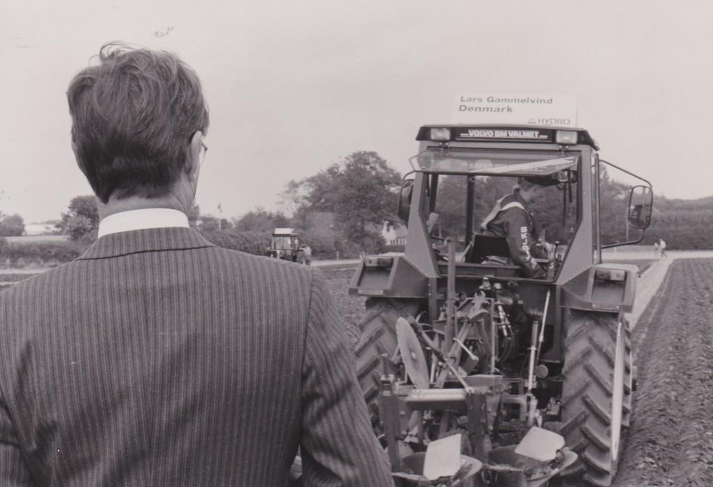 Prins Henrik følger konkurrencen på nærmeste hold. Bag rattet i traktoren ses Lars Gammelvind. 1985.