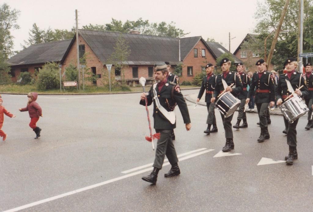 Holstebro Dragonregiments Tamburkorps marcherer og musicerer.