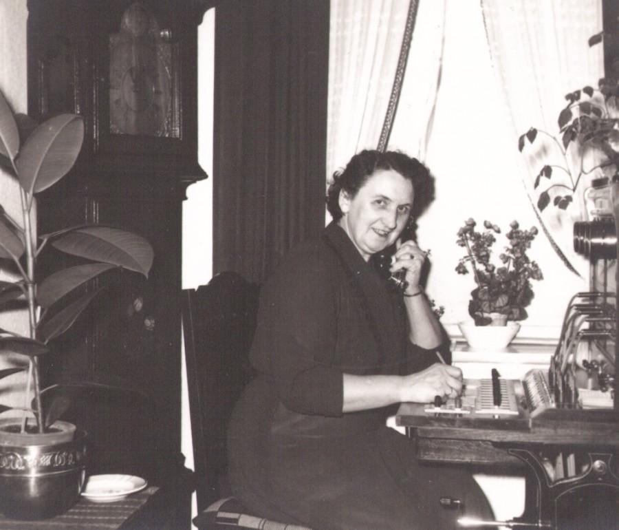 Inger Marie 'Mitte' Halkjær (f. Jensen, 1901-1988) fotograferet ved omstillingsbordet på Vind telefoncentral. Årstal ukendt.
