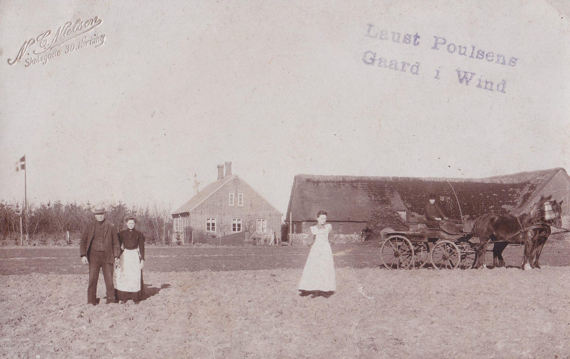 Gårdmand Laust Poulsen (1866-1911) til venstre, fotograferet foran Meldgård med sin hustru Jensine Poulsen (f. Kjeldsen, 1884-1962).
