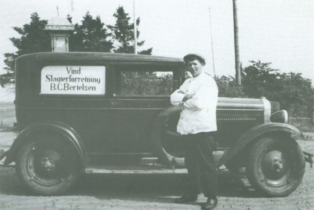 Slagter i Vind Stationsby, Bertel Christian Bertelsen (1898-1969) fotograferet ved sin vogn i slutningen af 1930'erne.