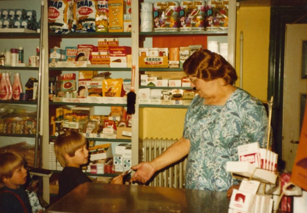 Anna Jensen (1913-1997), mangeårig indehaver af kirkebyens købmandsbutik. Årstal ukendt.