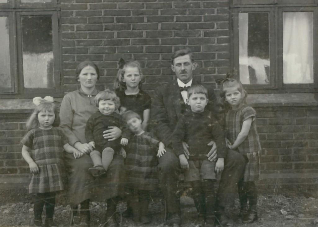 Sofus og Gertrud Jacobsen med deres ældste børn. Bagest i midten Hedvig, forrest fra venstre Ingrid, Holger, Helga, Laurits og Carla. Billedet er antageligvis taget omkring 1930, efter familien er genforenet i Canada. Hvorfor yngstesønnen Evald ikke er med på billedet, er uvist.
