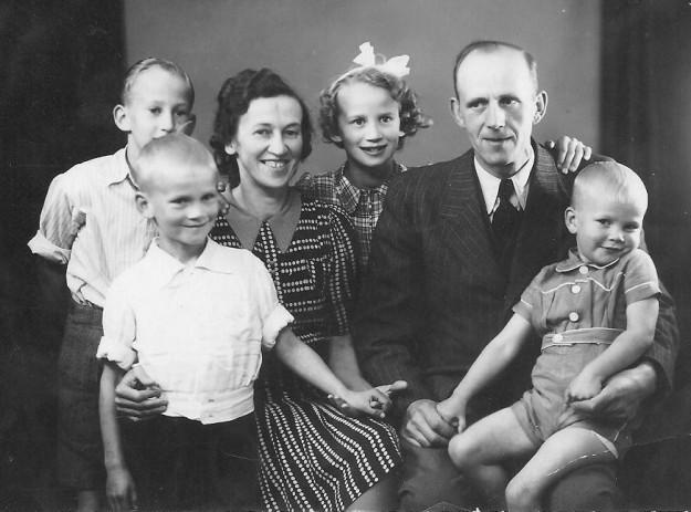 Skovfoged Kristen Møller Larsen og hans hustru Margrethe fotograferet med deres børn i begyndelsen af 1940'erne. Børnene er fra venstre bagest Søren, Henning, Else Rigmor og Svend. Fotografi stillet til rådighed af skovfoged Møller Larsens familie.