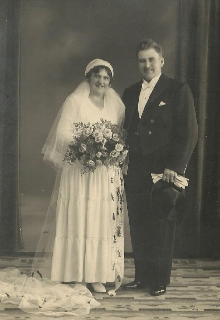 Jens Kristian Jensen Voldsted (f. 1896) og hans brud Anna Marie Kirstine Elisabeth (f. Hansen, 1895) fotograferet på deres bryllupsdag i 1932.