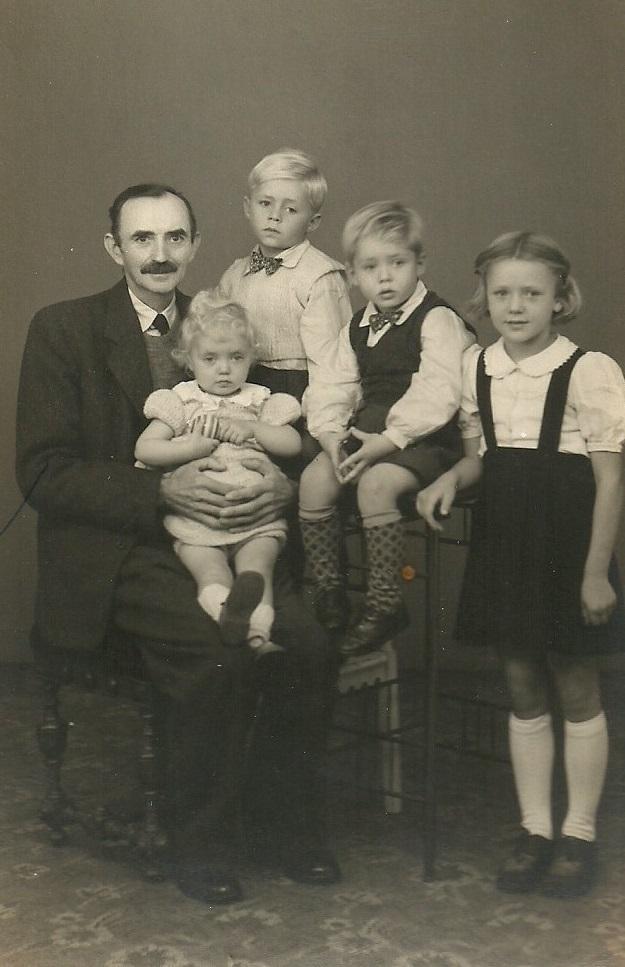 Esper Christian 'Blaabjerg' Nielsen (1882-1949) fotograferet med sine børnebørn, antageligvis omkring 1948. Fra venstre lille Aeiny Holt Nielsen (f. 1946), Christian Blaabjerg Nielsen (f. 1945), Karl Johan Nielsen (f. 1943) og Kirsten Holt Nielsen (f. 1940).