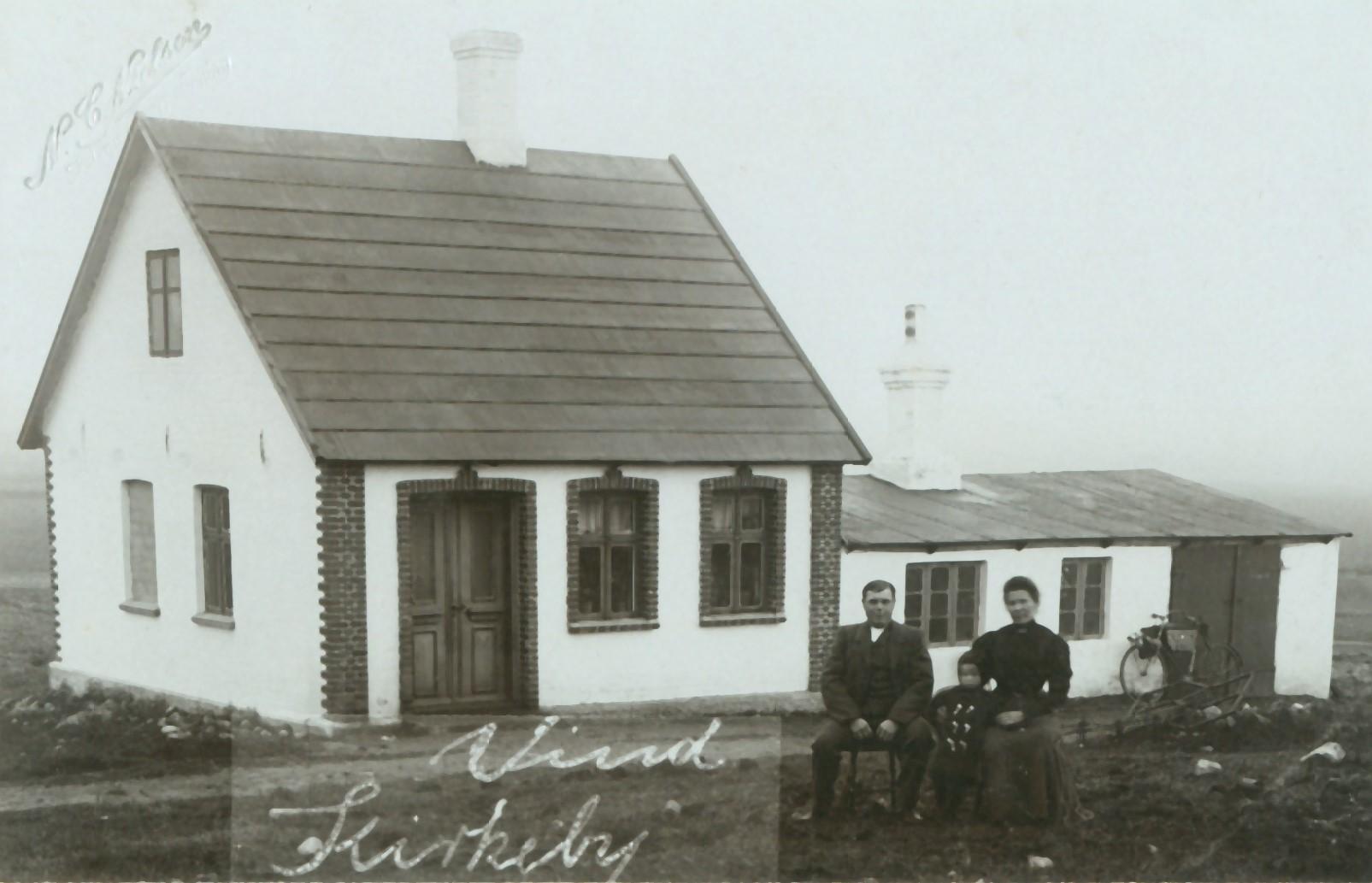 Smed i Vind Kirkeby, Esper Kjærgaard Jørgensen (1883-1969) fotograferet med sin hustru Anna Kathrine (f. Christensen, 1882-1953) og deres datter Jenny (1907-1913). Omkring 1910.