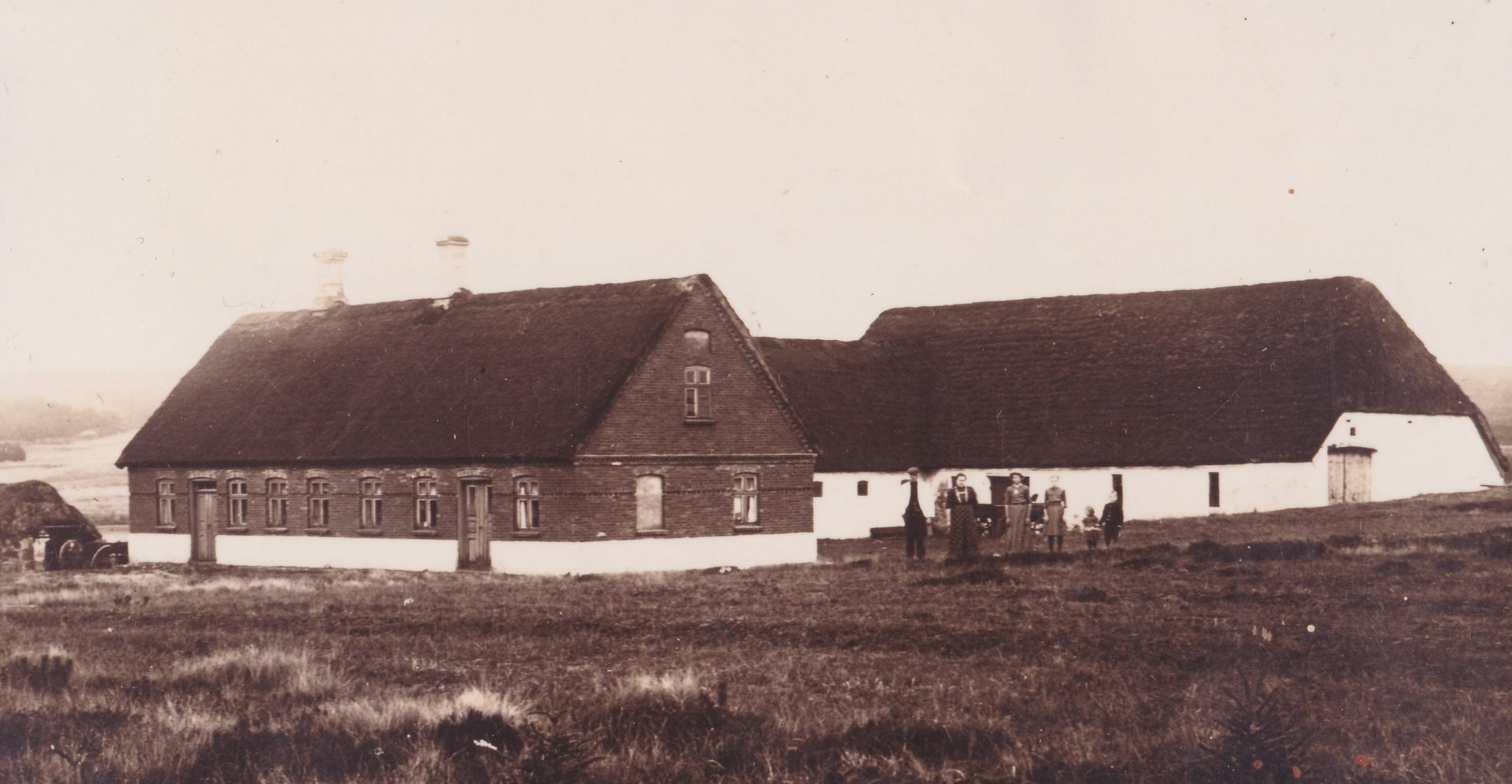 Gårdmand Poul Christian Jensen fotograferet med sin familie foran Fuglsang, omkring 1916.