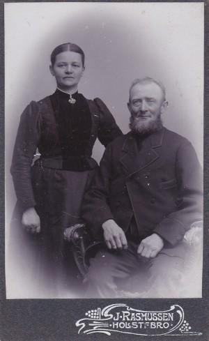 Johannes Mikkelsen (1858-1930) med sin hustru Ane Marie (f. Kristiansen, 1865-1947). Årstal ukendt.