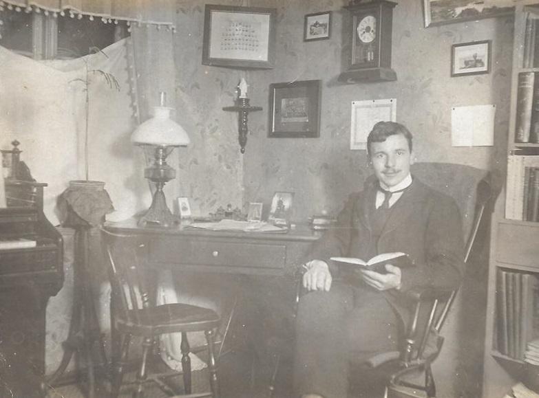 Enelærer ved Vind Skole i årene 1910-1921, Christen Christensen Norborg (1884-1934), fotograferet i sit arbejdsværelse. Årstal ukendt.