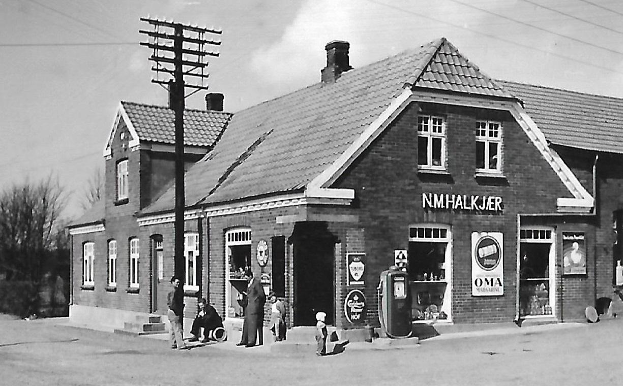 Købmand Halkjærs forretning, formentlig omkring 1950.