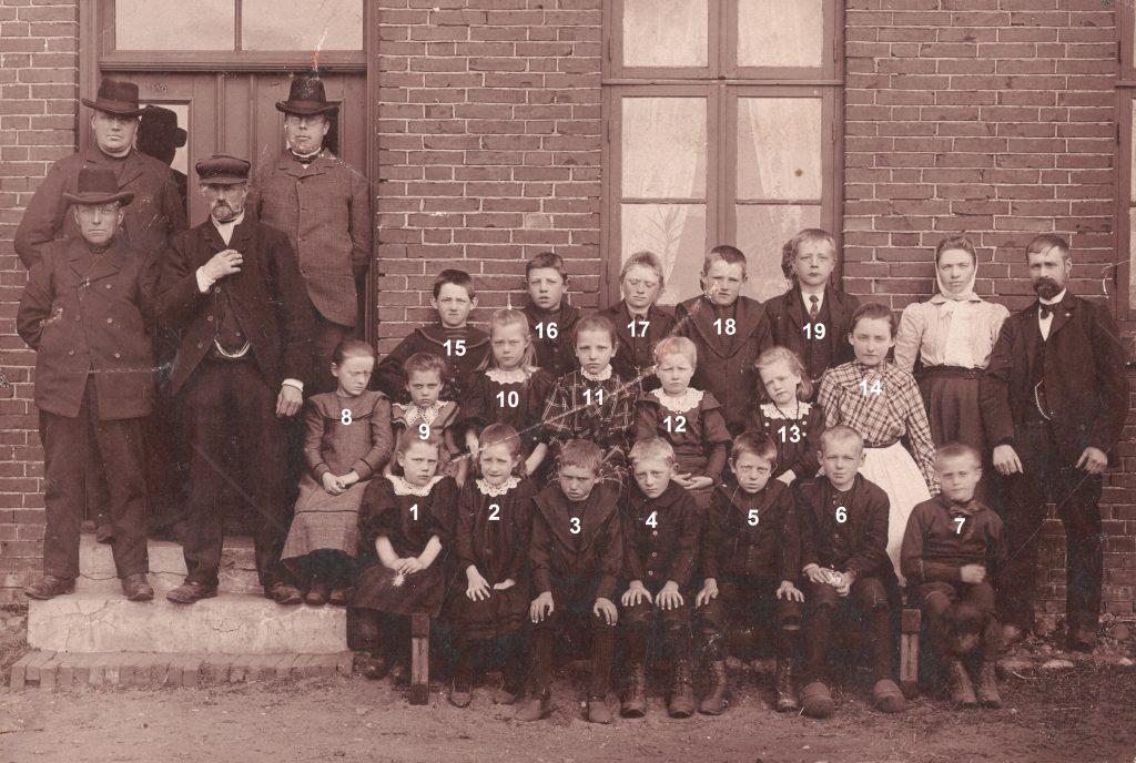 Lærer og elever i Stråsø Skole omkring 1907.