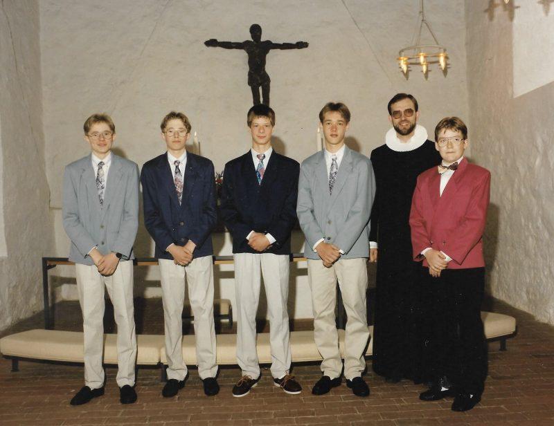 Konfirmation i Vind kirke i 1993. Fra venstre står Michael Hougaard, Allan Hougaard, Mogens Mohr Jensen, Dennis Serup, sognepræst Morten Mouritzen og Kent Hansen.