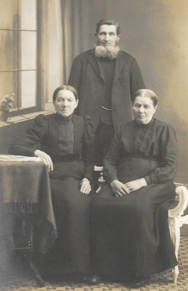 Snedker Niels Christian Kjær og hans to søstre.