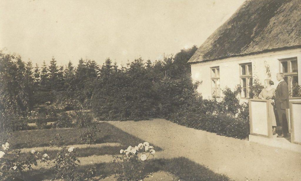 Haven bag Vind Skole, angiveligt 1922. Til højre står lærer i årene 1922-1926, Esbern Jespersen (1892-1983) med sin hustru Dagmar Hald Jespersen (f. Geertsen, 1901-1985).