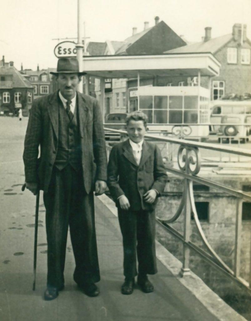 Gårdmand i Gammel Skold, Laurits Jacobsen med sønnen Ejner, fotograferet på Storebro i Holstebro i slutningen af 1940'erne.