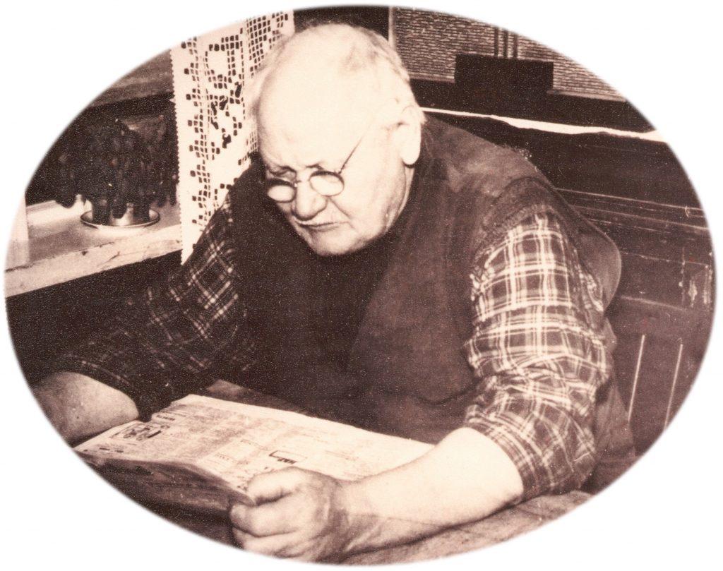 Nis Jørgen Hansen (1877-1965) studerer dagens avis. Årstal ukendt. Se flere billeder af Nis Jørgen Hansen og hans familie under menupunktet 'Vind i billeder' -> 'Folk og fæ'.