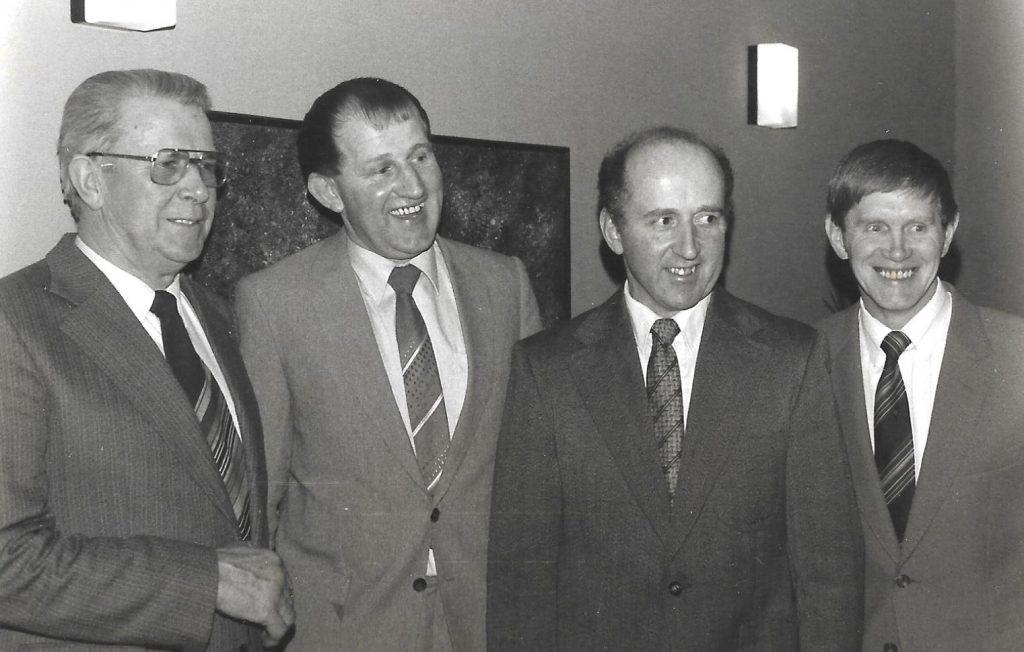 Fire formænd på stribe, alle fra Vind, fotograferet ved Vinding-Vind-Ørnhøj Landboforening 75-års jubilæumsfest i 1982. Fra venstre Anker Larsen, Voldstedgård (formand 1967-1971), Tonni Bjerrum, Kirkegård (formand 1971-1979), Anders Højbjerg Andersen, Nygård (formand 1979-1981) og Jens Gammelvind, Gammelvind (formand 1981-1987).