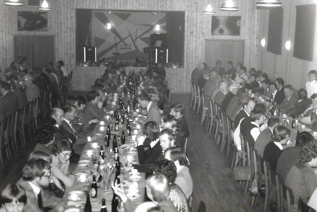 Godt 200 gæster deltog i landboforeningens 75-års jubilæumsfest i 1982. Her et blik ud over den store forsamling i sognegårdens store sal.