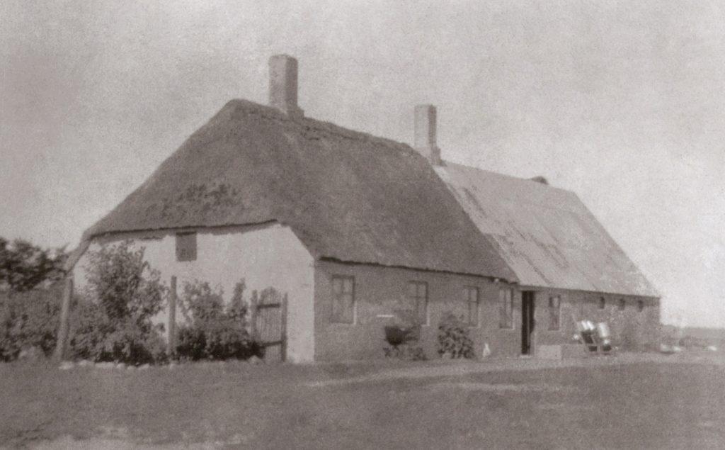Det tidligst kendte fotografi af Kristiansminde, indrettet med beboelse i den stråtækte del nærmest kameraet og med stald i den anden. Årstal uvis, formentlig fra omkring 1920.