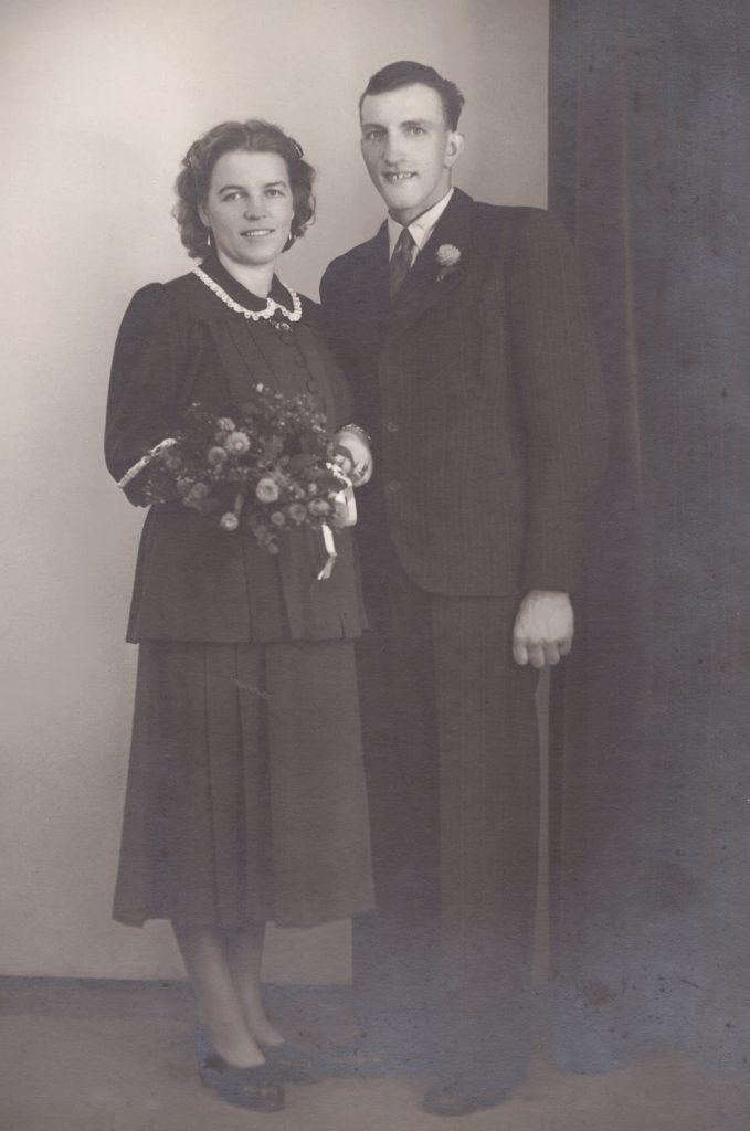 Anders Peder Damgaard (1924-2005) og Ilse Margarethe Harm (1921-1998) fotograferet på deres bryllupsdag i 1949.