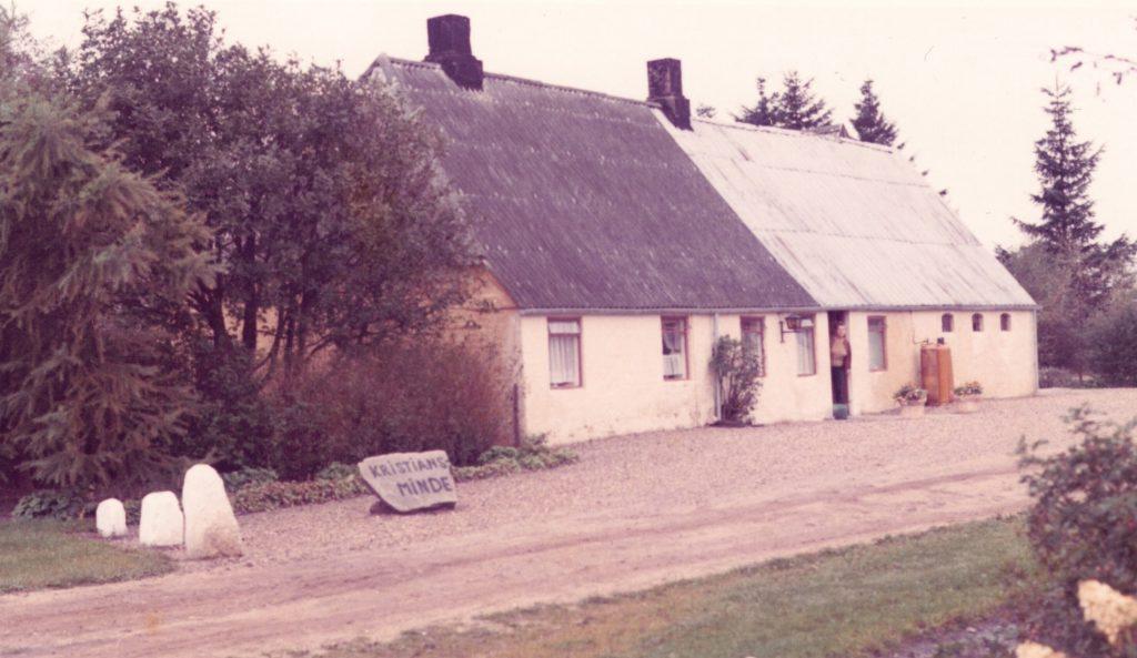 Kristiansminde fotograferet få år før nedrivningen og den efterfølgende genopførsel. I døren skimtes Ilse Damgaard.