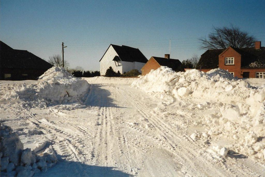 Vind Kirkeby indhyllet i sne, 19. februar 1996.