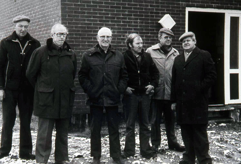 """6 """"vandmænd"""" alias Vind Vandværks bestyrelse anno 1981. Fra venstre ses vognmand Tage Nielsen (1930-2006), fhv. mejeribestyrer Hans Rahbek (1920-1999), fhv. gårdmand Thue Gammelvind (1910-2000), dernæst nyvalgt bestyrelsesmedlem, smedemester Ejgil Bertelsen og afgående bestyrelsesmedlem, fhv. gårdmand Anker Larsen (1915-1983) samt købmand Knud Erik Halkjær (1930-1999)."""