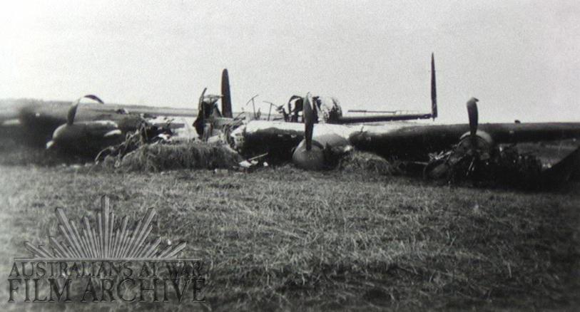 Det britiske Lancaster-fly fotograferet dagen efter styrtet ved Madum i 1942. Kilde: 'Australians At War Film Archive'.