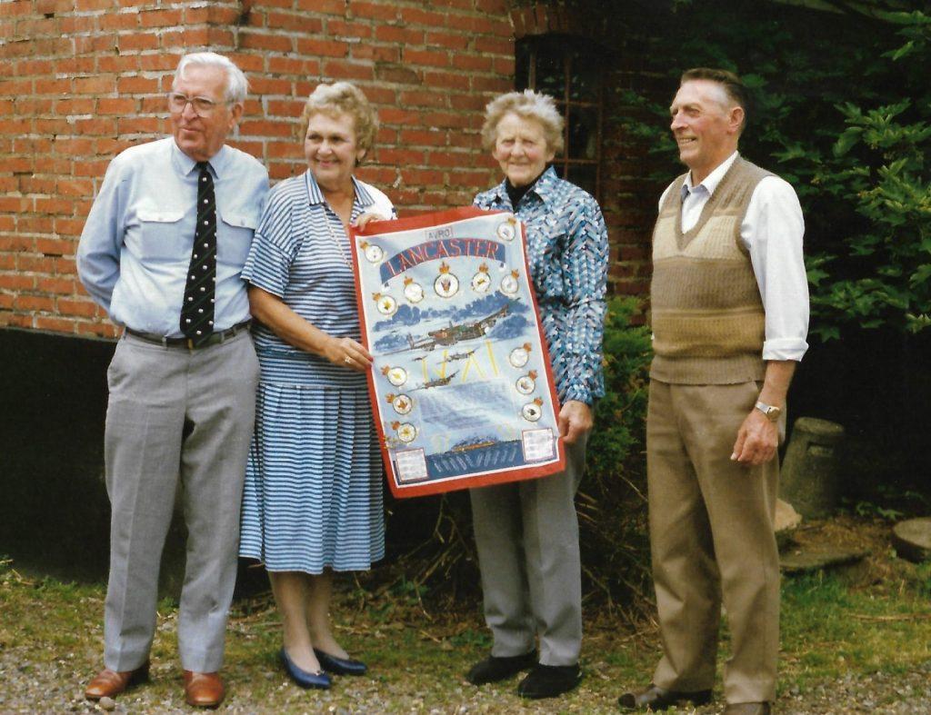 Australske Graham og June Roberts til venstre fotograferet i forbindelse med deres besøg hos Helga og Ulrik Jensen i Vind i maj 1989. Som en gave til værtinden havde de medbragt et tørklæde med et Lancaster-fly magen til det, der blev skudt ned over Madum i 1942.