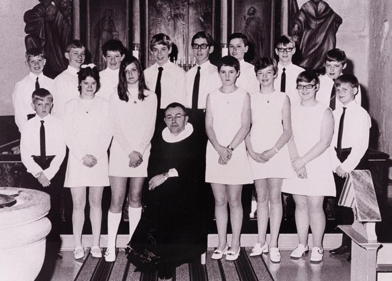 Konfirmation i Aulum-Vinding-Vind valgmenighed i 1970. Siddende forrest ses pastor Knud Sørensen (1923-1989). Stående i forreste række ses Ebbe Sig Christensen (Højvang i Vind), Jane Knudsen (Vinding), Emma Søndergaard Jensen (Vinding), Judy Svenstrup Kristensen (Vinding), Else Marie Sørensen (Aulum), Lissi Kjær-Jensen (Aulum) og Heine Stjernholm Jensen (Vind by). Stående i bageste række ses Jørgen Bloch Lauritsen (Vinding), Ivan Rahbæk Jensen (Aulum), Per Vestergaard Olesen (Aulum), Carl Christian Saaeby Nielsen (Aulum), Christen Fihl Hedegaard Nielsen (Vinding), Peter Holk (Vinding), Peder Vestergaard Fonager (Vinding) og Leif Damgaard (Aulum).