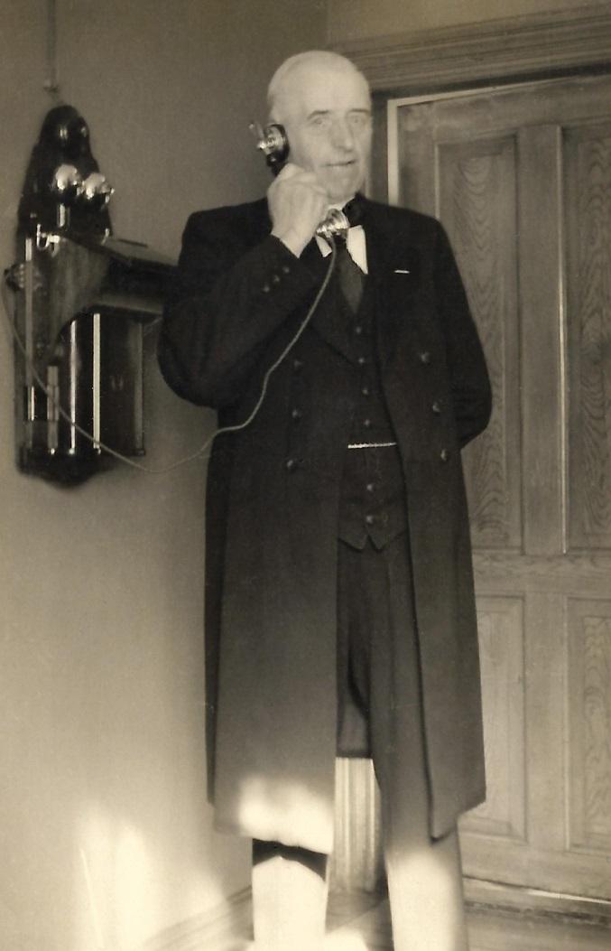 Vinds første telefonabonnent med telefonnummer '1', Karl Jensen Kirkegaard (1872-1952). Årstal ukendt.