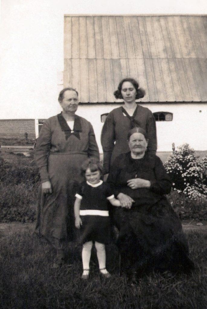 Fire generationer af familien Jacobsen, Troldtoft og Jensen, fotograferet i midten af 1930'erne.