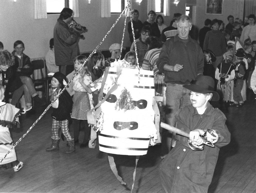 Tøndeslagning i sognegården i begyndelsen af 1990'erne.