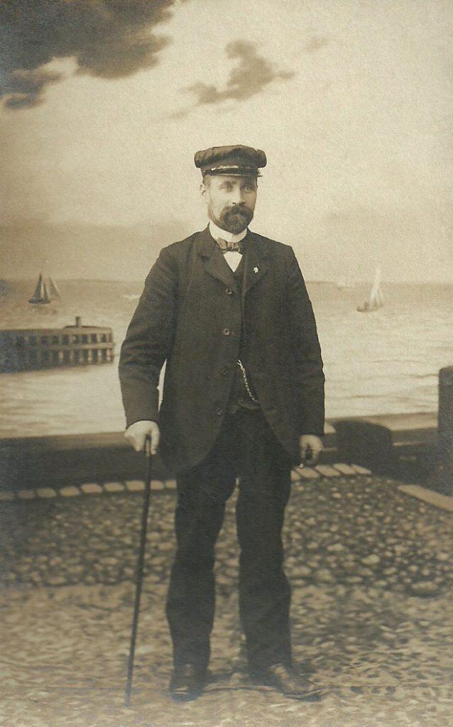 Mangeårig lærer ved Stråsø Skole, Niels Peter Larsen Straasø (1873-1947), fotograferet omkring 1910-1920 i tidstypisk fotoatelier.