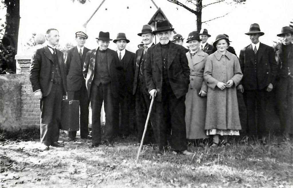 En lille gruppe af valgmenighedsmedlemmer fotograferet uden for Vind Kirke i slutningen af 1930'erne.