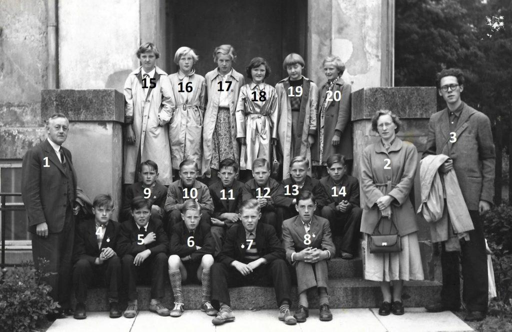 Elever fra Vind Skole på besøg i København i slutningen af 1950'erne. Billedet er taget på trappen foran feriehjemmet på Strandvejen i København, drevet af foreningen 'Provinsbørns Ferieophold'.