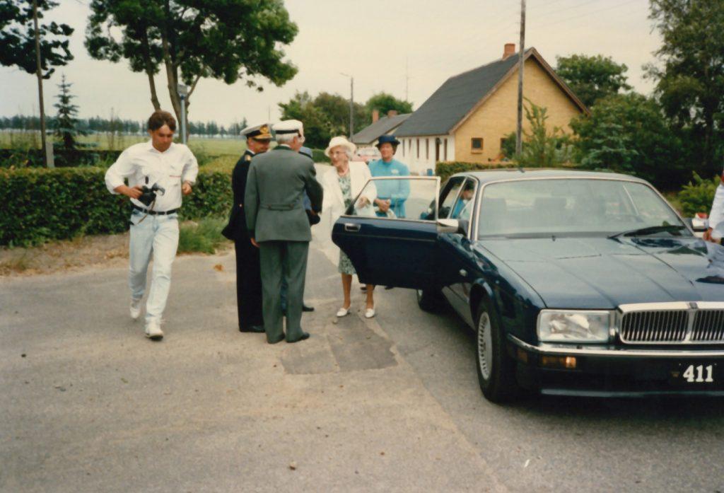 Dronning Ingrid fotograferet ved sin ankomst til Vind Kirkeby, 23. juni 1989.