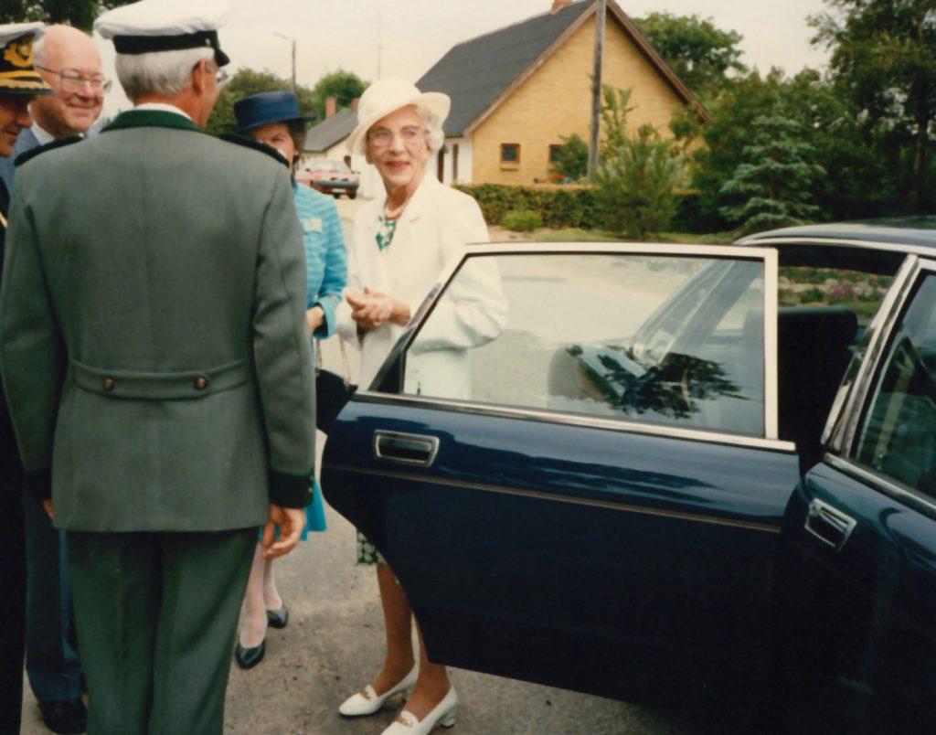 Dronningen og hendes hofdame i samtale med amtmand, politimester og skovrider.