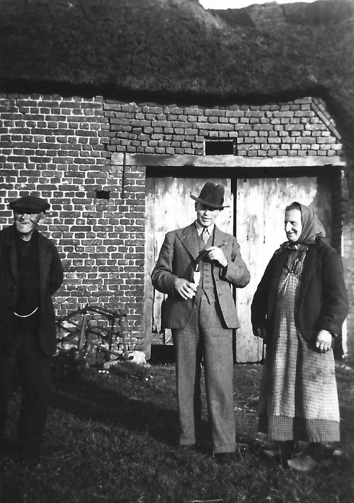 Esbern Jespersen i samtale med Jens Troldtoft Jensen (1874-1938) og Pedersine 'Sine' Jensen (f. Tvind, 1880-1950).