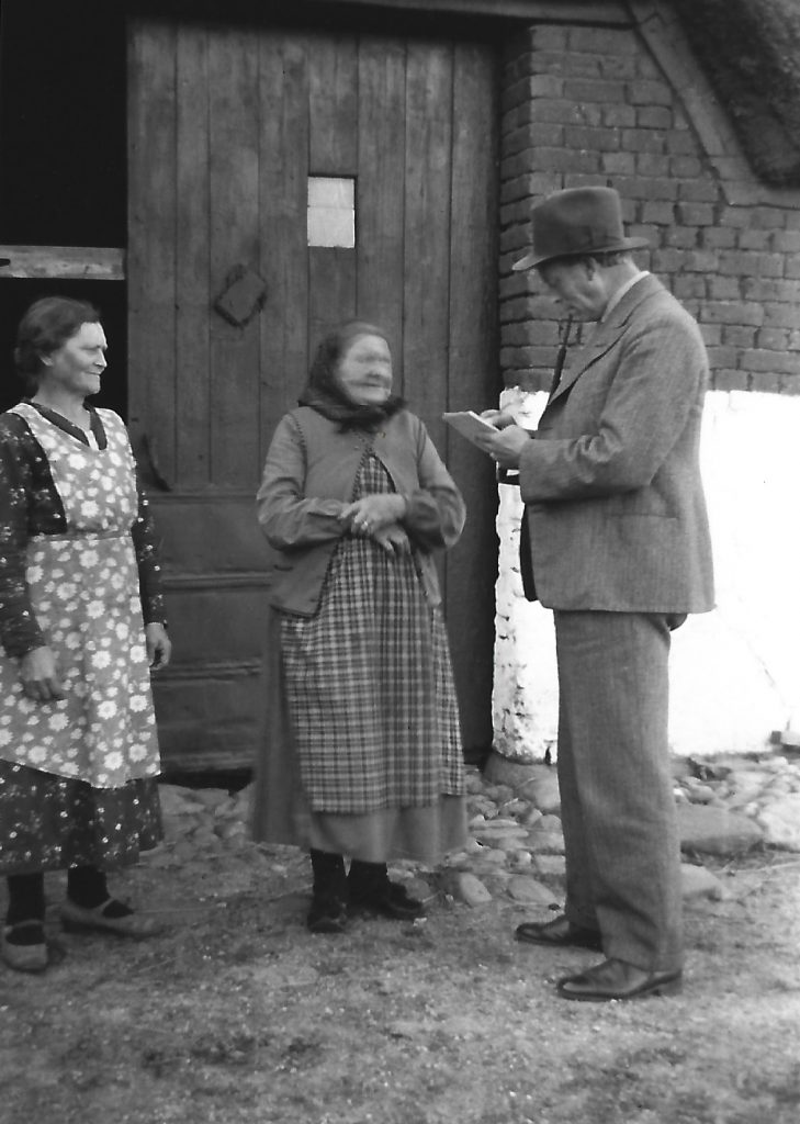 Esbern Jespersen i samtale med Mette Kirstine 'Stine Vinge' (f. Pedersen, 1849-1942) og hendes datter Petrine Damgaard (f. Jacobsen, 1883-1975).