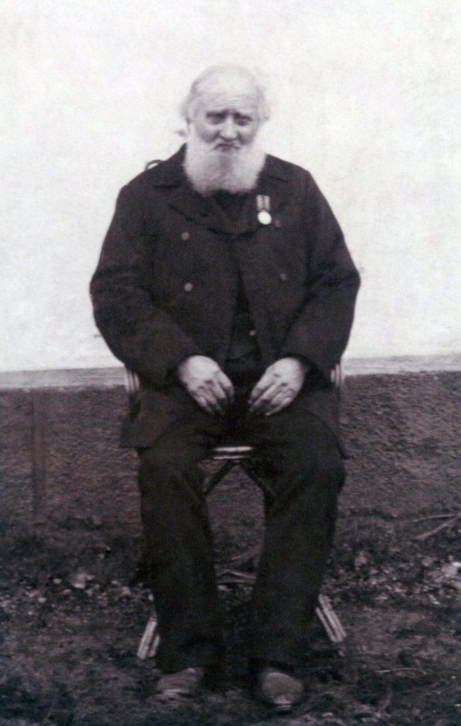 Kjeld Mohrsen fotograferet med erindringsmedaljen tildelt for deltagelse i krigen i 1864. Årstal ukendt.