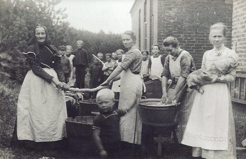 Store vaskedag i Stråsø, omkring 1913.
