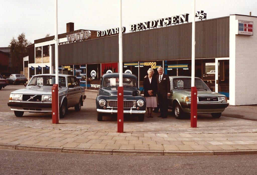 Johanne og Edvard Bendtsen fotograferet foran forretningen i Herning i begyndelsen af 1980'erne.